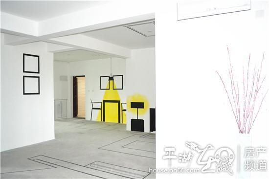 客厅的沙发背景墙,就连温馨的灯光也用手绘艺术一一